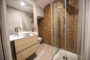 A bathroom at Cosy Apartment with Terrace in the Centre of Seville