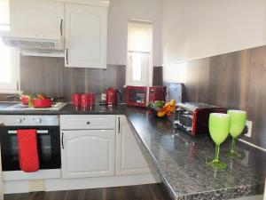 A kitchen or kitchenette at HLS - Sunnyside Apartment