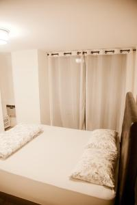 A bed or beds in a room at 36th Street Midtown East Luxury Duplex Apartment
