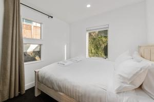 A bed or beds in a room at Panoramic Peregrine