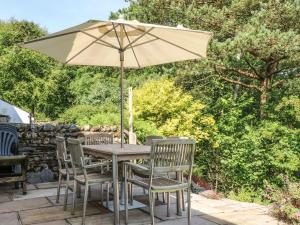 A restaurant or other place to eat at Hillside Cottage, Sedbergh