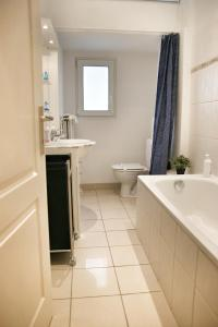 Un baño de ApartmentsApart