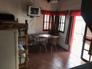Una televisión o centro de entretenimiento en Casa Palmera Termas de Dayman