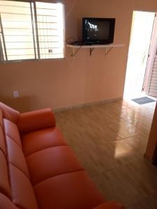 Uma TV ou centro de entretenimento em Casa de Veraneio Ilha de Itamaracá