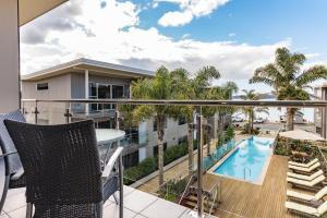 Edgewater Palms Apartments veya yakınında bir havuz manzarası