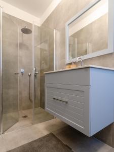 Um banheiro em Rothschild Suites & Studios