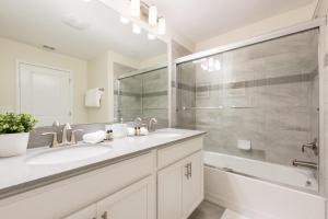 A bathroom at New 4 bedroom villa, Great location