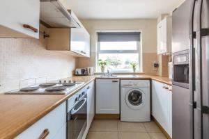 A kitchen or kitchenette at City Centre Stylish Cosy Apartment