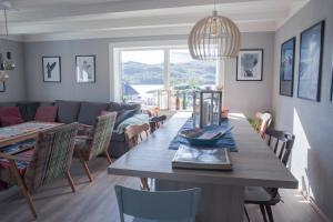 A restaurant or other place to eat at Charming Lofoten House with a view