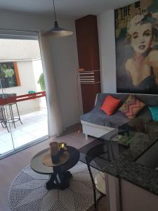 A seating area at Apartamento aconchegante