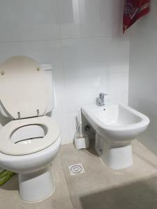 A bathroom at Studio apartment, Pocitos