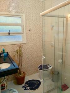 A bathroom at Apartamento Prainha