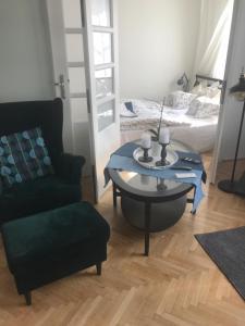 Ein Sitzbereich in der Unterkunft Stare Miasto Miodowa 26