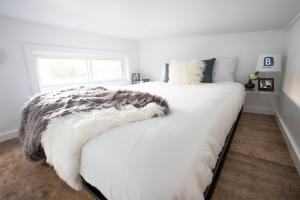 """A bed or beds in a room at Kevin Hart's """"Tiny House with Big Personality"""""""