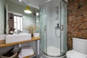 A bathroom at Artisan Lofts near Marais