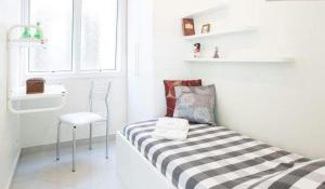 A bed or beds in a room at Suítes e Quartos na Avenida Carlos Gomes
