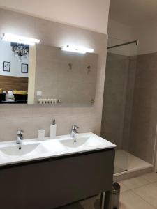 Łazienka w obiekcie Le Clos St Raphael