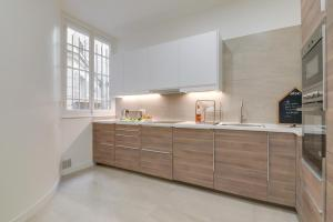 A kitchen or kitchenette at Sweet inn Apartments-Monceau