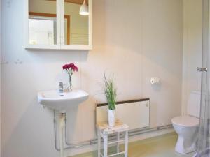 A bathroom at Holiday home Runstorps Säteri Kimstad