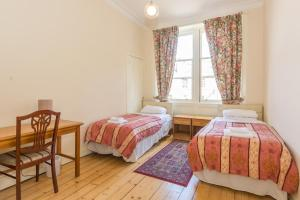 A bed or beds in a room at Menzies Apartments
