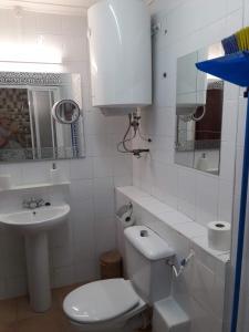 A bathroom at Governor's Inn Apartments