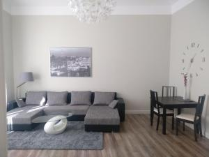A seating area at DoMo Apartments