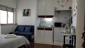 A kitchen or kitchenette at Estúdio acolhedor na Amadora