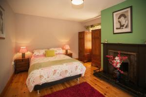 A bed or beds in a room at Cottage 182 – Letterfrack