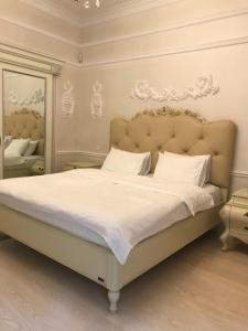 A bed or beds in a room at Kiev Lypki Signature Apartments