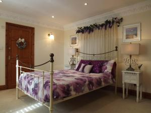 A bed or beds in a room at Mews Cottage, Whitby