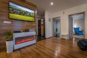 Televízia a/alebo spoločenská miestnosť v ubytovaní Apartmanica Panorama 35C