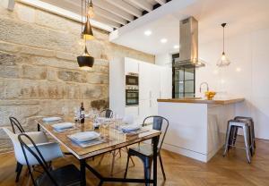 Un restaurante o sitio para comer en Verdura Suites ArchSense Apartments