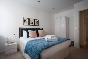A bed or beds in a room at Flying Butler Croydon