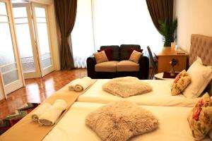 A seating area at Central Varna Apartment - Lets4Holiday