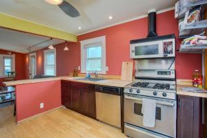 A kitchen or kitchenette at Beautiful Bungalow near Little Italy and Downtown SD
