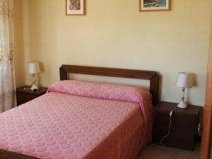 Una cama o camas en una habitación de El Ebro