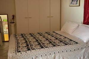 A bed or beds in a room at Whiteflower Apartments