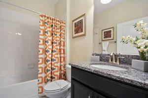 Uma casa de banho em Storey Lake 4702