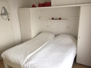 A bed or beds in a room at Nieuwstraat 1-7