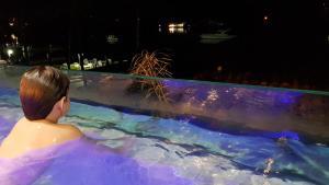 The swimming pool at or near Apart Duplex Portinho Caieiras