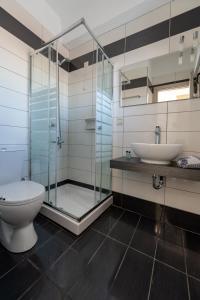 A bathroom at Byron Hotel