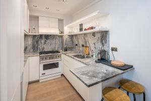 A kitchen or kitchenette at Airy and Bright 4 bed house near Hyde Park (for 6)