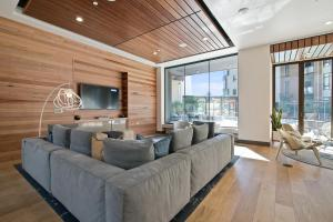 A seating area at Global Luxury Suites at Downtown Mountain View