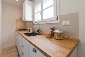 Een keuken of kitchenette bij Top-floor flat close to Arno