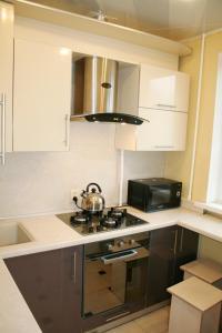 Кухня или мини-кухня в Impreza Apartment на Авиационной
