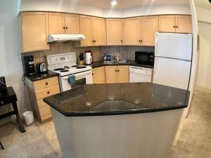 Cuisine ou kitchenette dans l'établissement City*Stay Condos - Simcoe Street