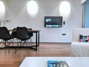 A television and/or entertainment centre at Verde Apartments