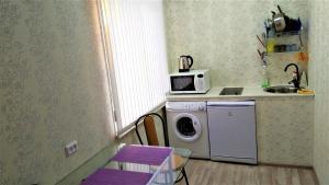 """Кухня или мини-кухня в Квартира-студия """"Атмосфера"""""""