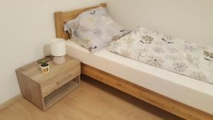 Posteľ alebo postele v izbe v ubytovaní Apartman č.61