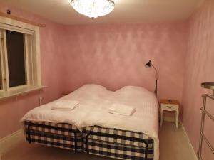 A bed or beds in a room at Hög , 7 minuter från Hudiksvall